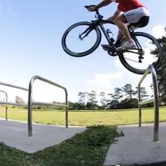 Martyn Ashton fährt mit seinem Karbon-Rennrad Parcour & Trial