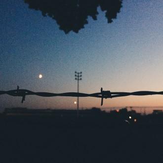 Stacheldraht im Mondschein